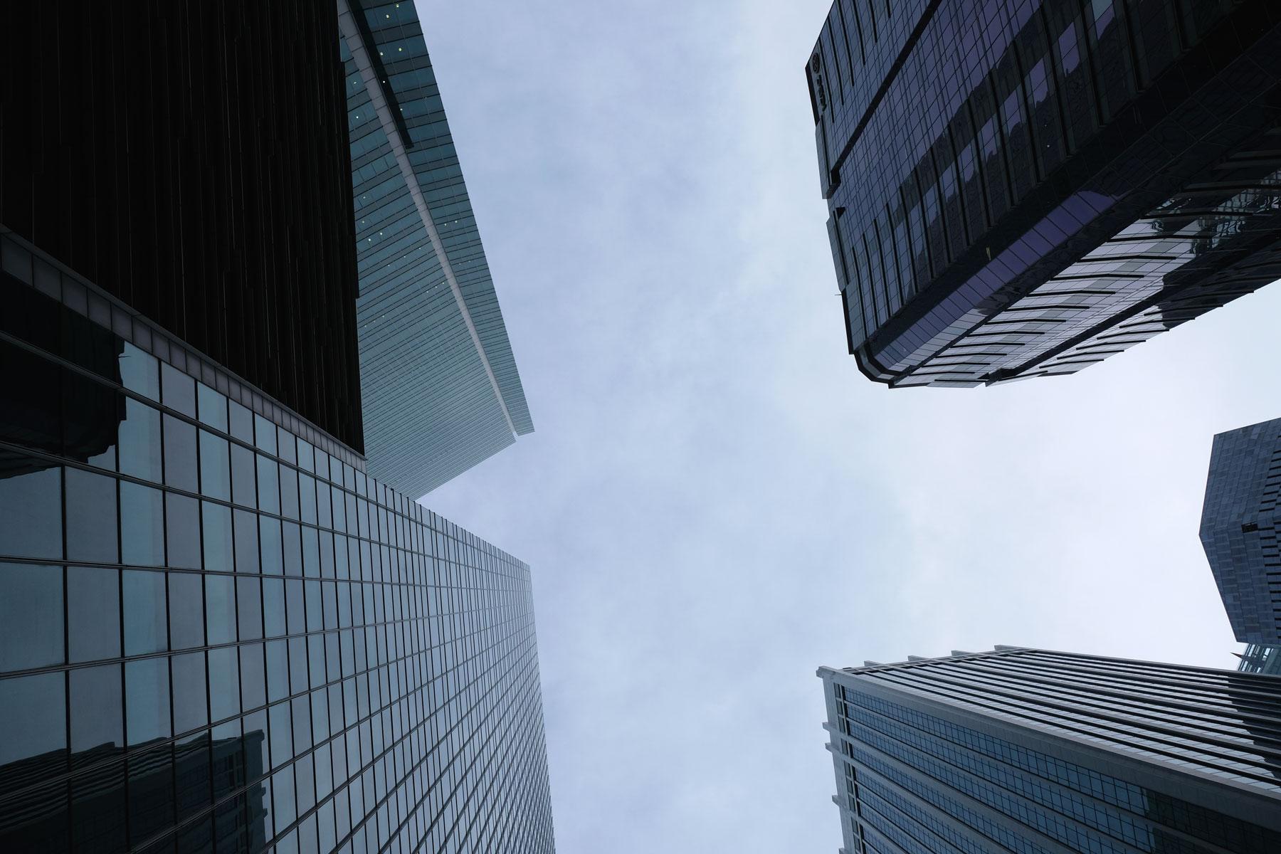 Blick in den Himmel zwischen den Hochhäusern hindurch