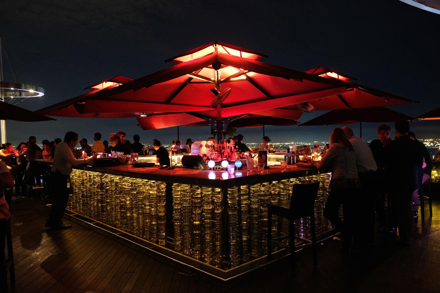Eine rote Bar auf der Dachterrasse des Marina Bay Sands Hotel.