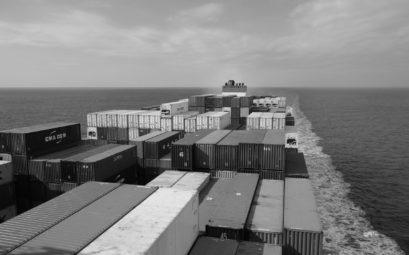 Containerschiff auf dem Pazifik.