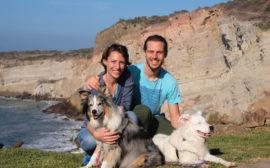 Leo und Sebastian mit zwei Australian Shepherds beim House Sitting in Mexiko.