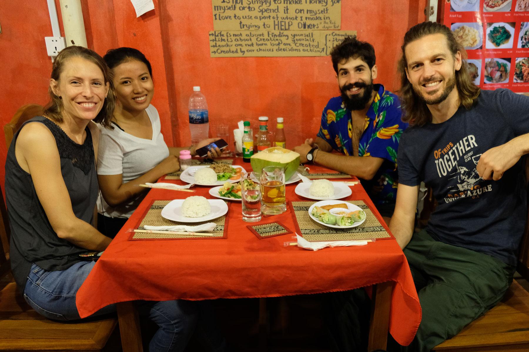 Wir sitzen gemeinsam mit Elias und Kanha beim Abendessen