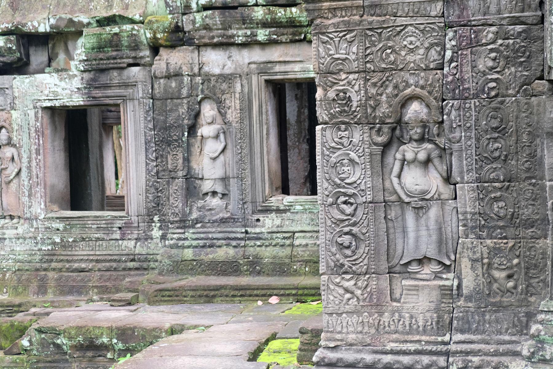Zwei Apsaras schmücken die Steinwände von Angkor