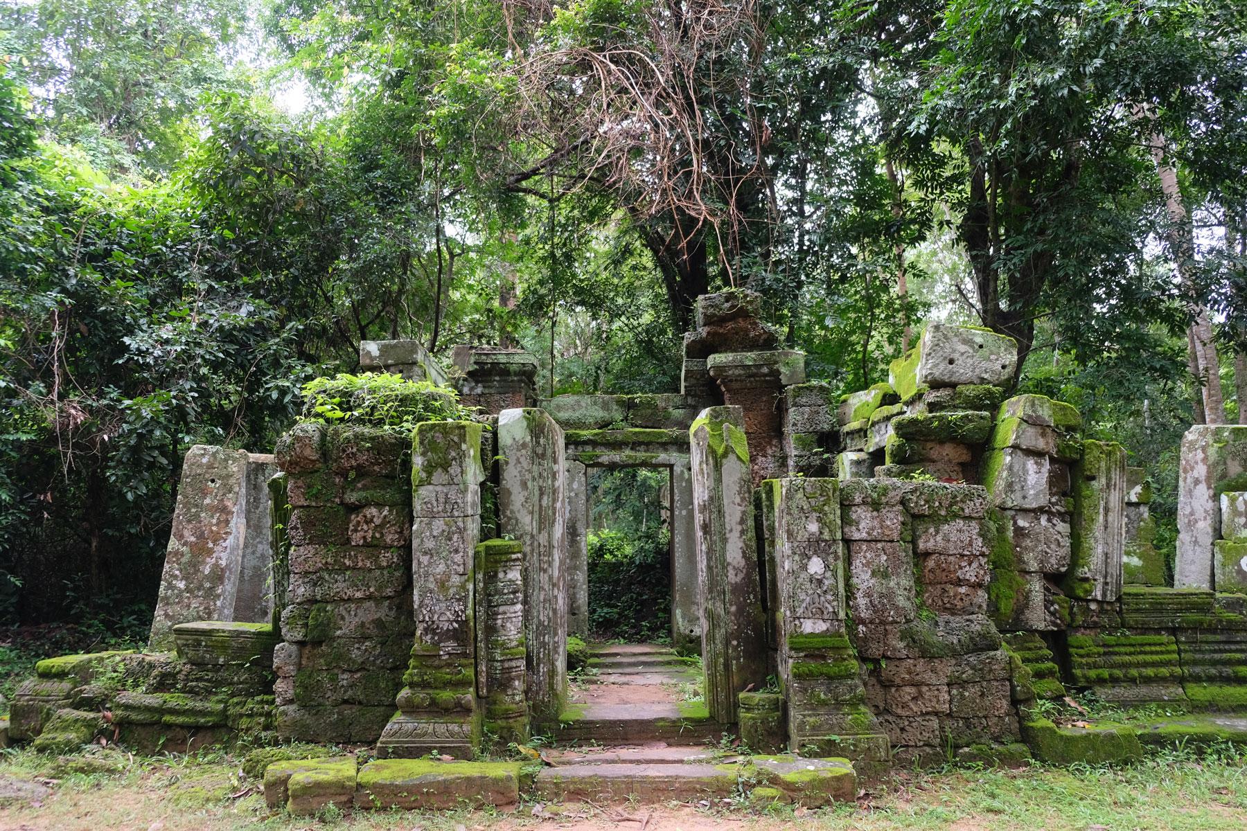 Eine bemoste Ruine im Tempelkomplex von Angkor Wat