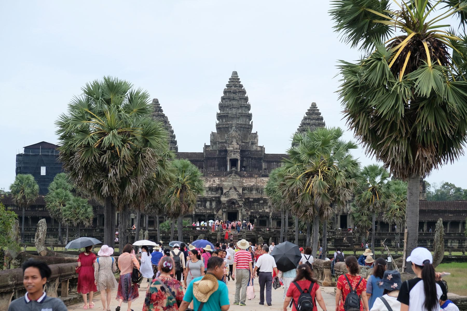 Besuchermassen strömen auf den Haupteingang von Angkor Wat zu