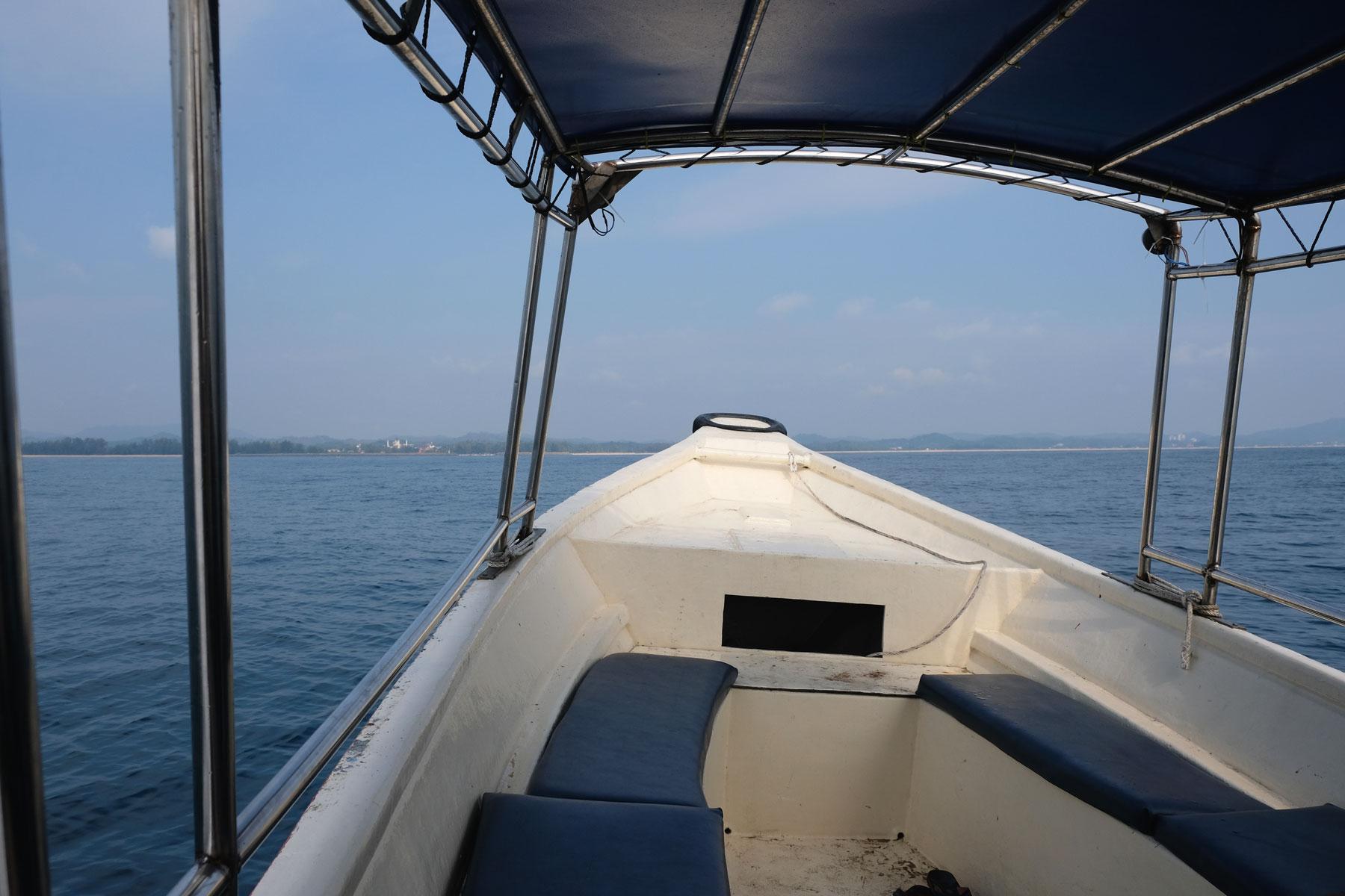 Vom Boot aus können wir bereits das Festland sehen
