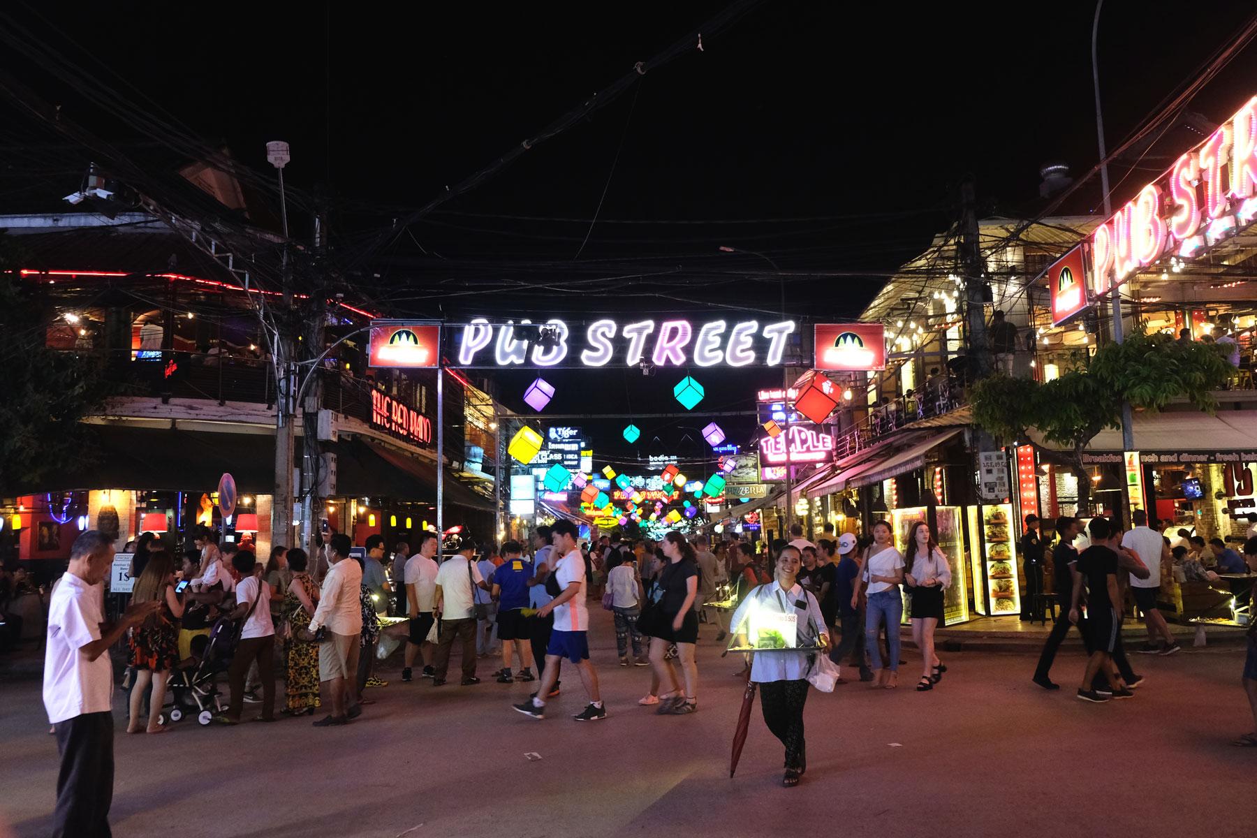 Die im Dunkeln erleuchtete Pup Street Siem Reaps