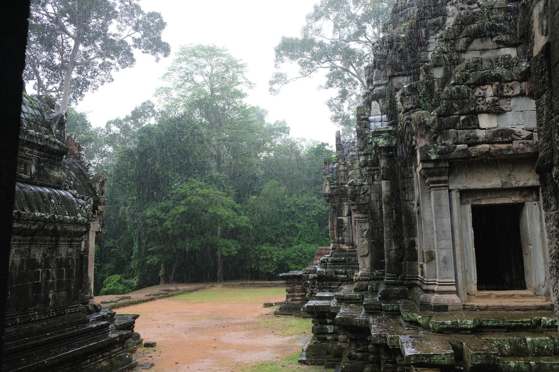 Es bilden sich große Regenpfützen von dem Tempel Thommanon in Angkor Wat