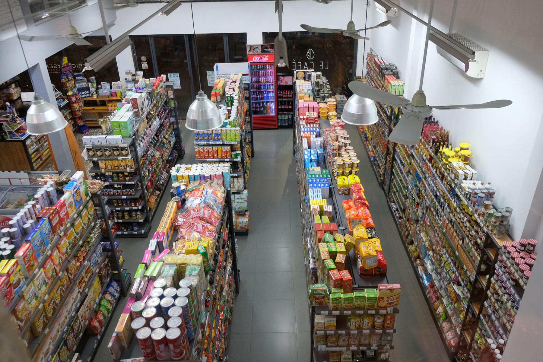 Die gefüllten Regale eines kleinen Supermarkts