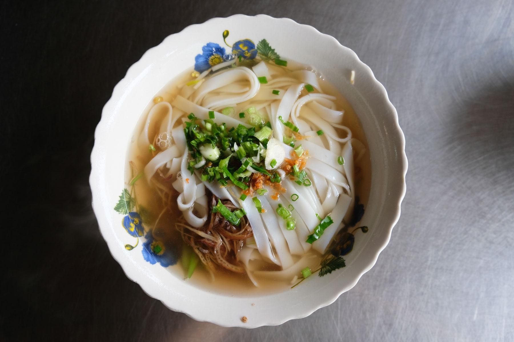 Ein Teller mit kambodschanischer Nudelsuppe