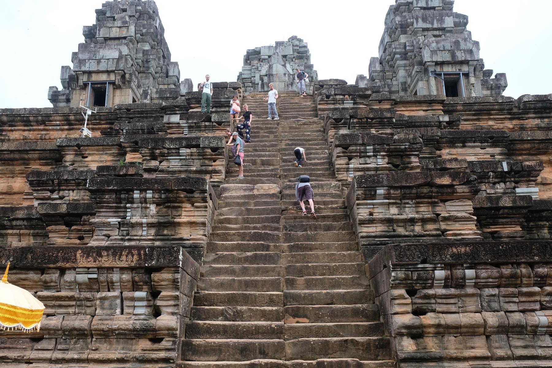 Sebastian steht auf der extrem steilen Treppe vom Tempel Ta Keo in Angkor Wat