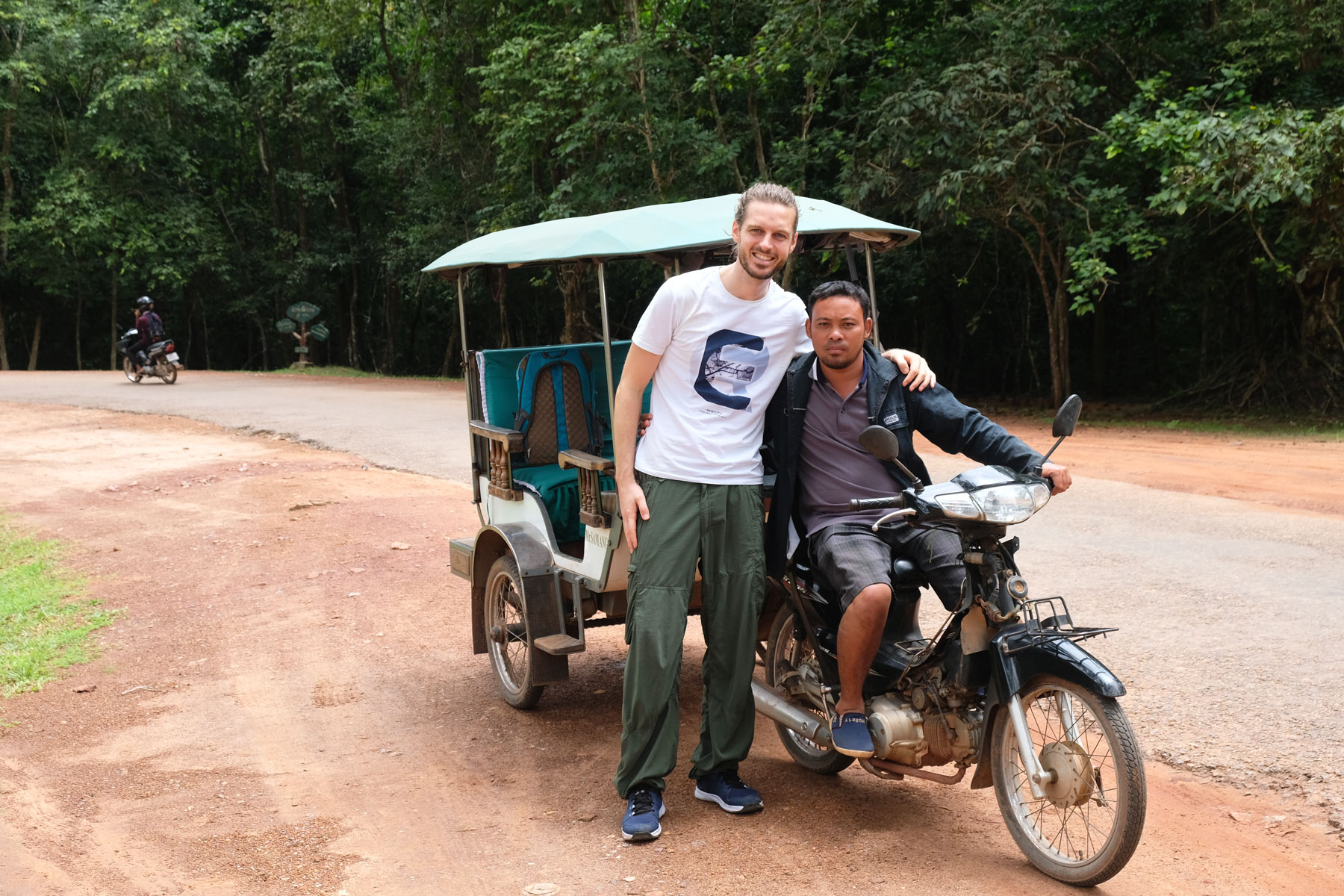 Sebastian steht mit unserem Fahrer vor seinem Tuk-Tuk