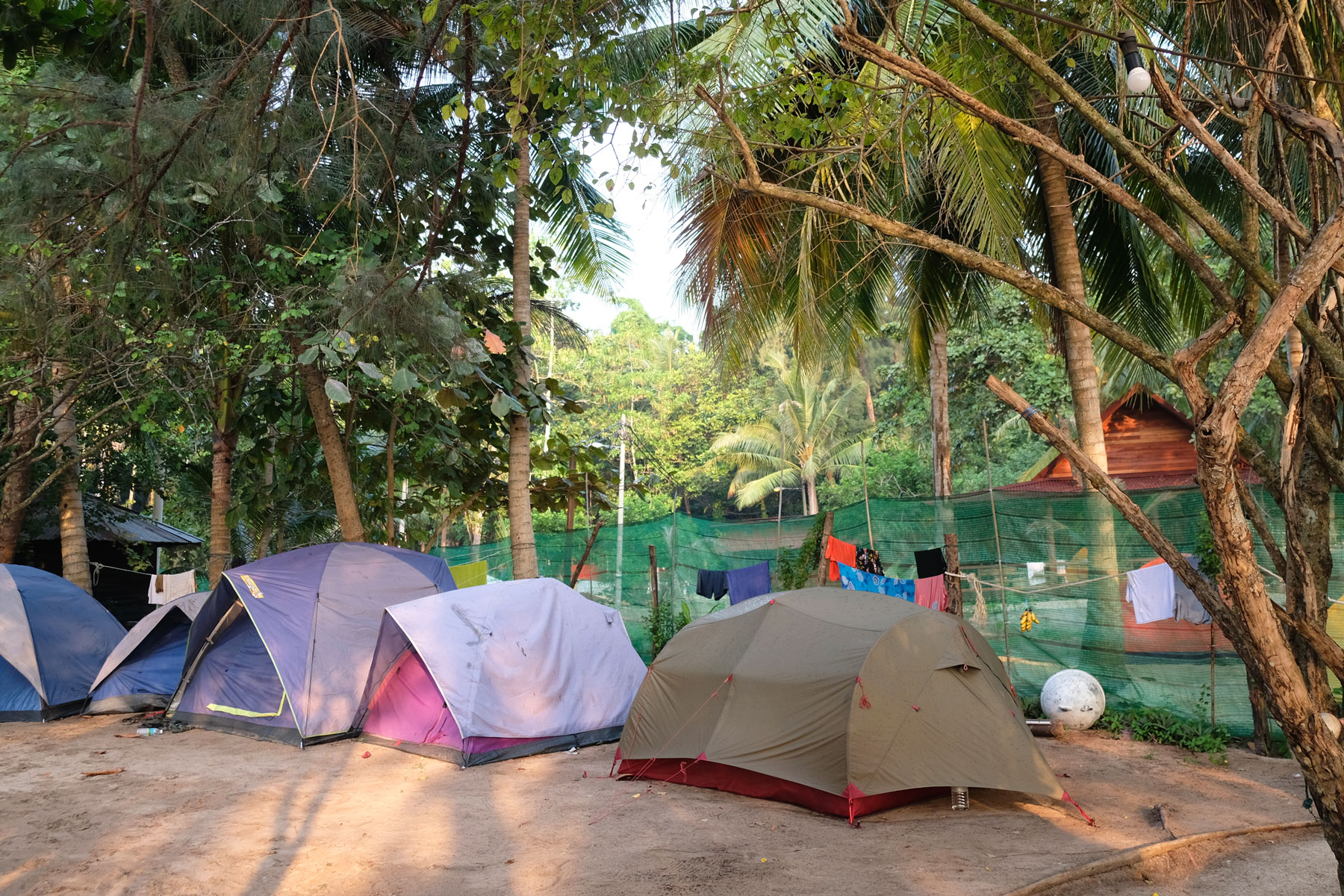 Unser Zelt steht neben andere auf dem Campingplatz