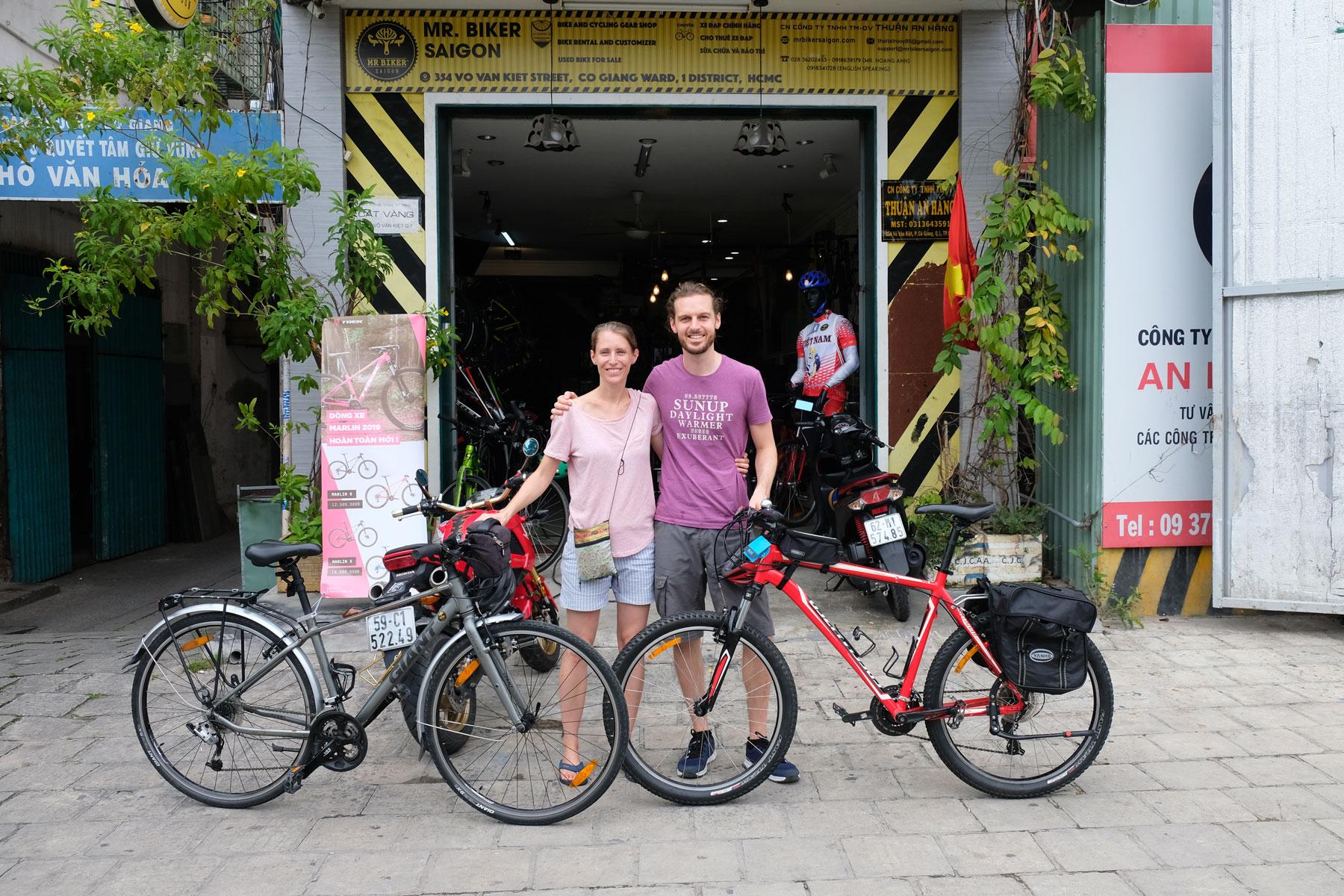 Leo und Sebastian stehen mit ihren eben gekauften Fahrrädern von dem Geschäft in Ho-Chi-Minh-City in Vietnam.