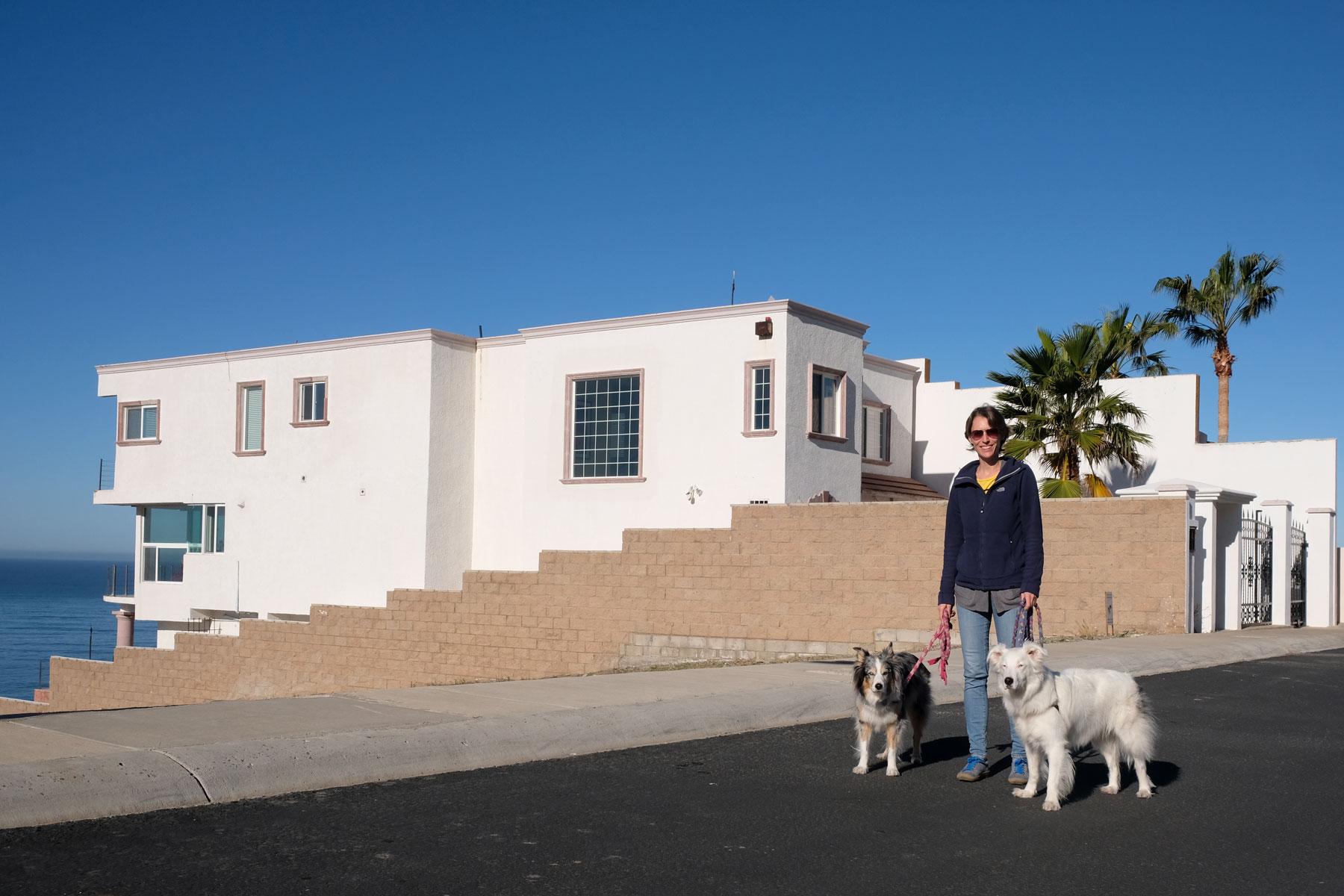Leo mit zwei Hunden vor einem Haus in Mexiko, in dem wir House Sitting machen.