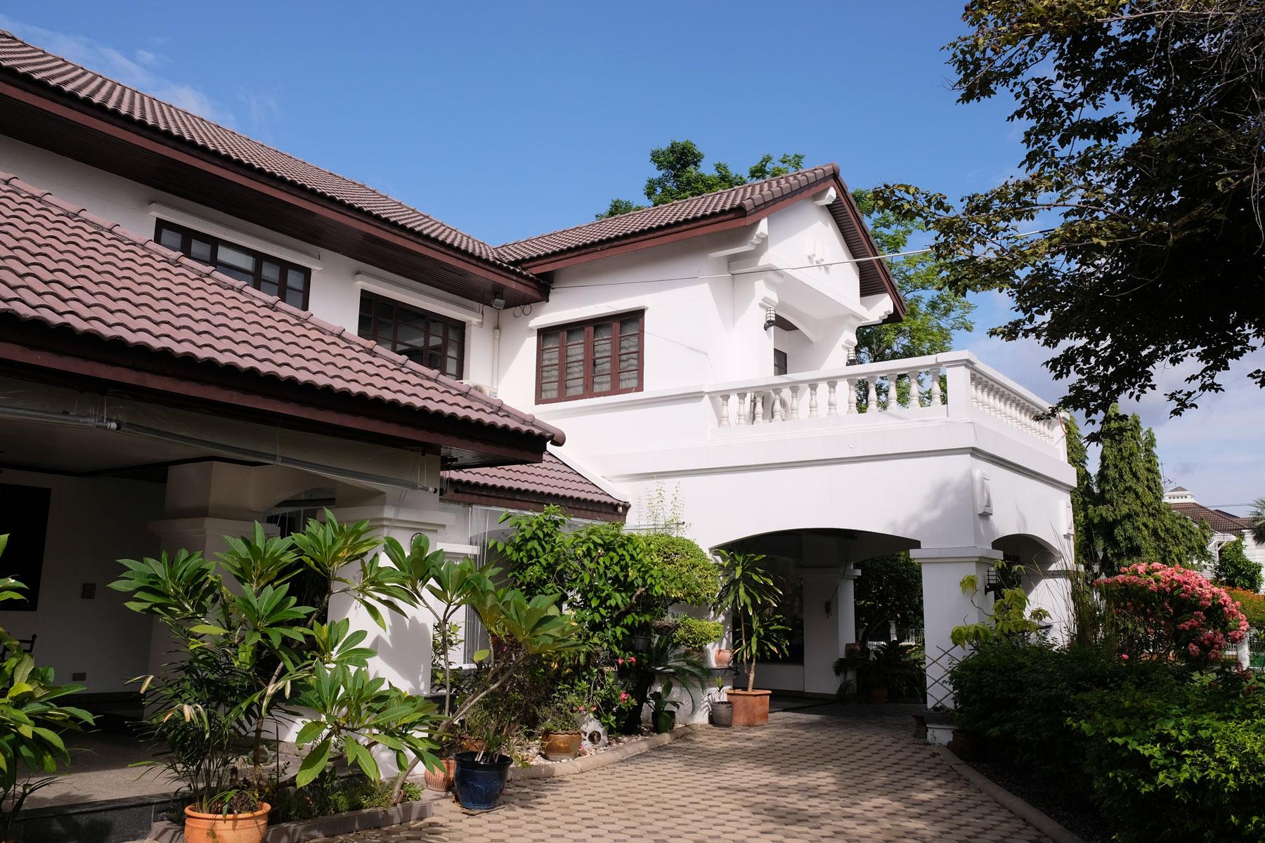 In Bangkok machen wir das erste Mal house sitting und hüten ein großes Haus mit riesigem Garten und drei Katzen.