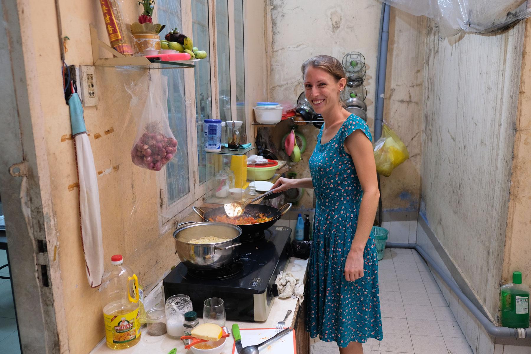 Leo kocht für ihre vietnamesischen Couchsurfing-Gastgeber.