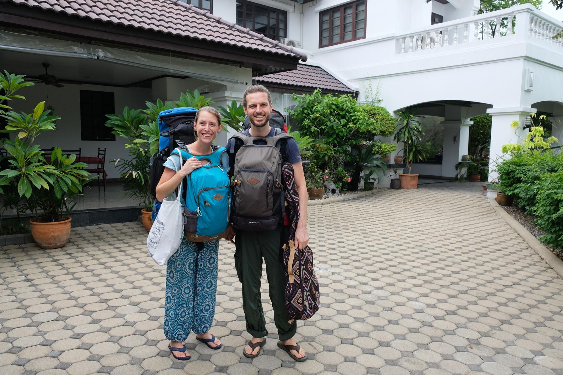 Leo und Sebastian stehen mit ihrem Gepäck vor ihrem house sitting Haus in Bangkok