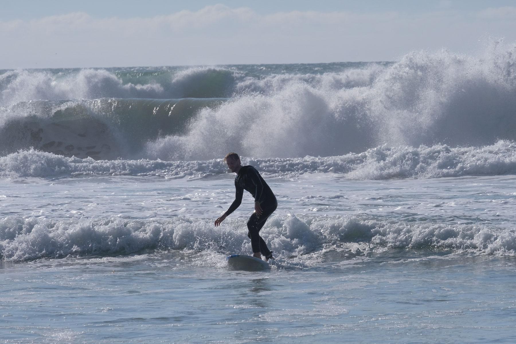 Sebastian surft in den Wellen des Pazifiks