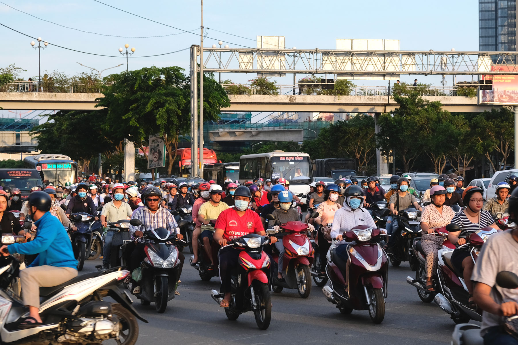 Unmengen Motorroller fahren durch die Straßen Ho-Chi-Minh-Citys in Vietnam.