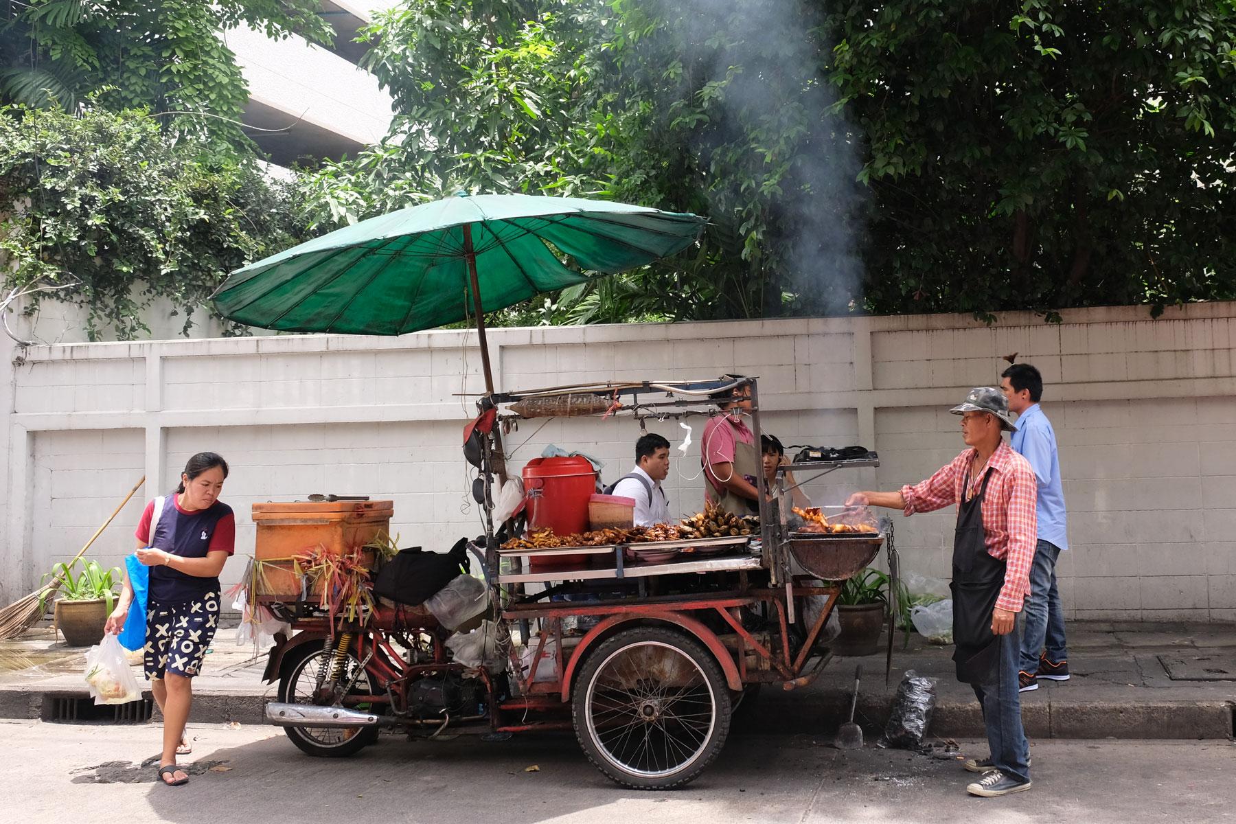 Ein mobiler Essenstand verkauft streetfood auf der Straße.