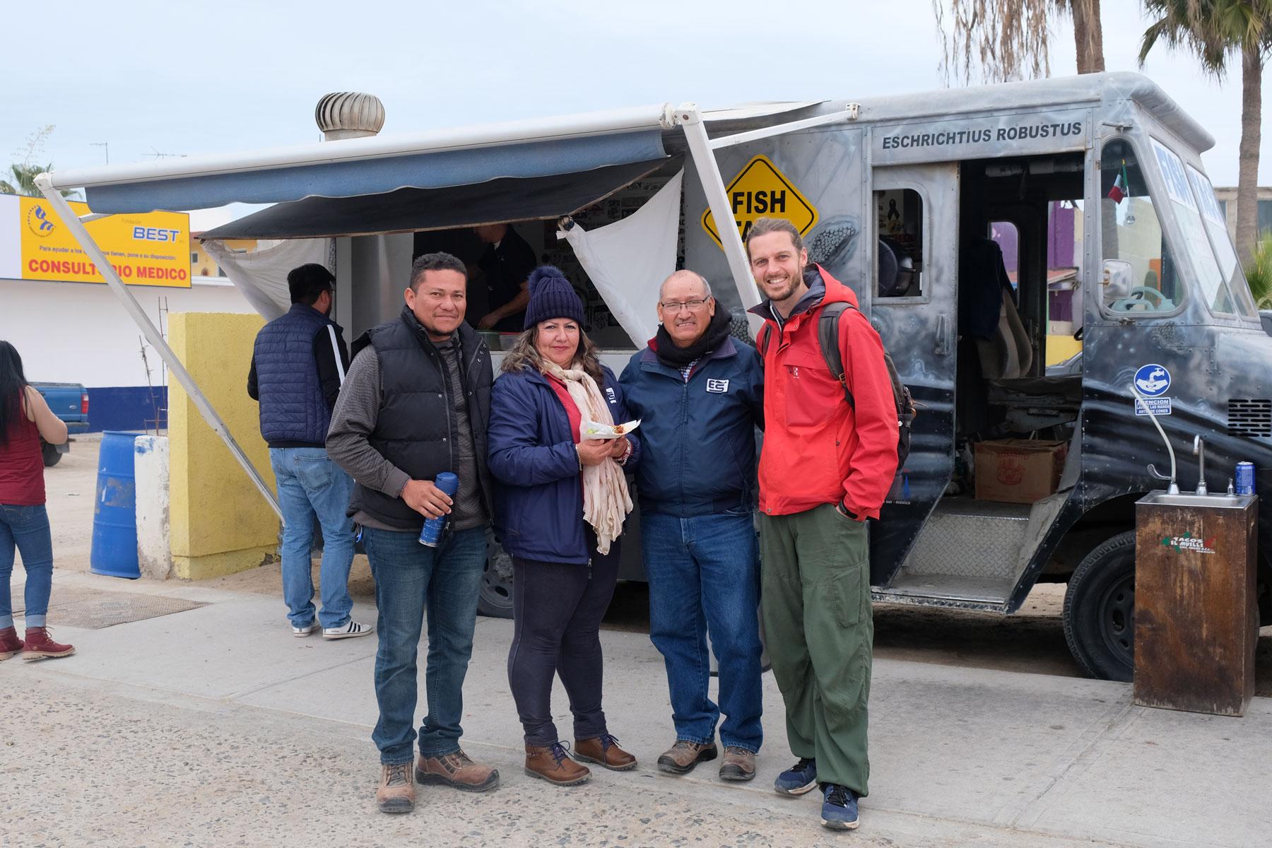 Sebastian steht mit unserem Couchsurfing-Gastgeber Fernando, dessen Tochter und ihrem Mann vor einem Taco-Stand