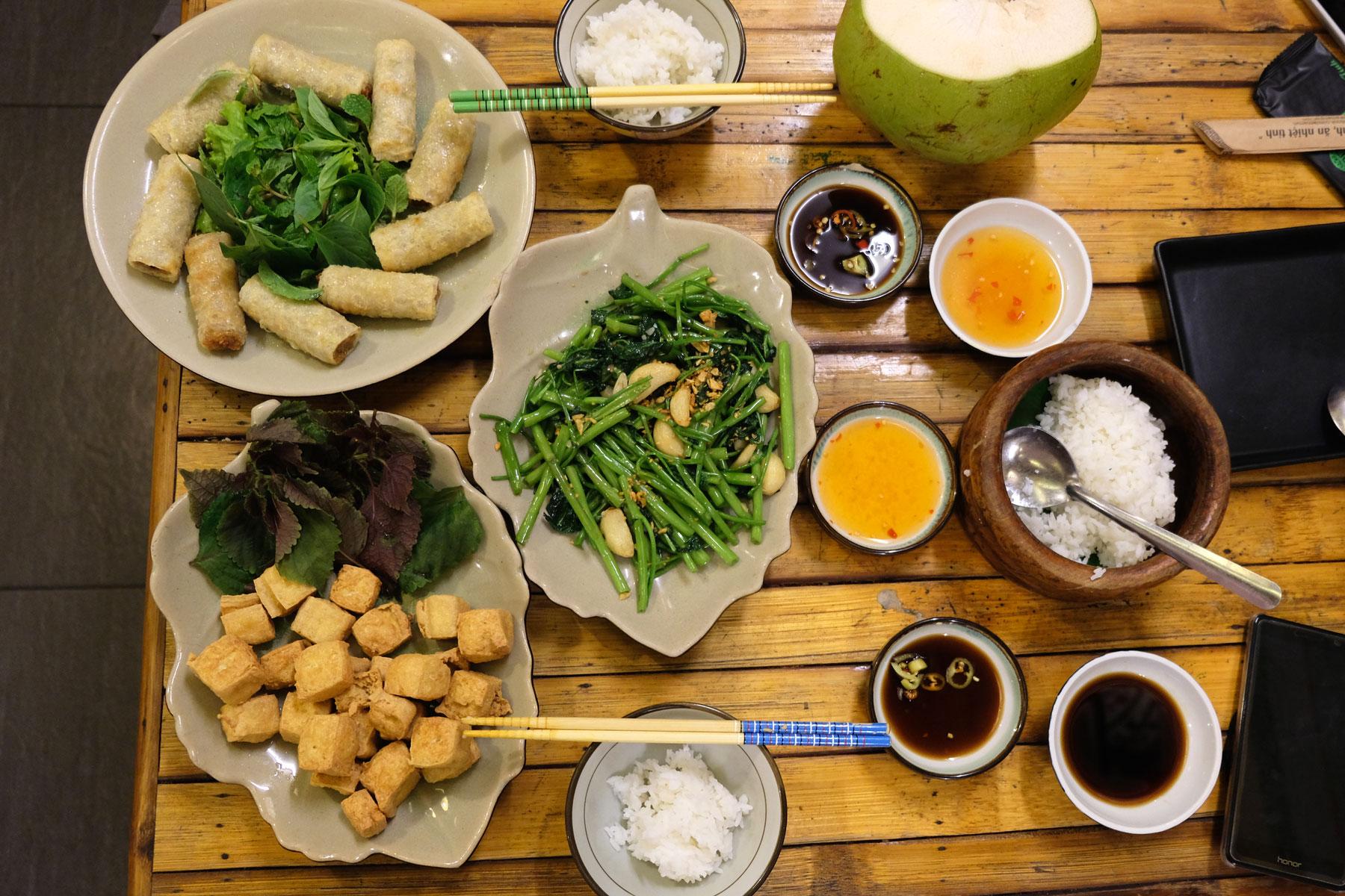 Auf dem Tisch steht unser leckeres vietnamesiches Abendessen.