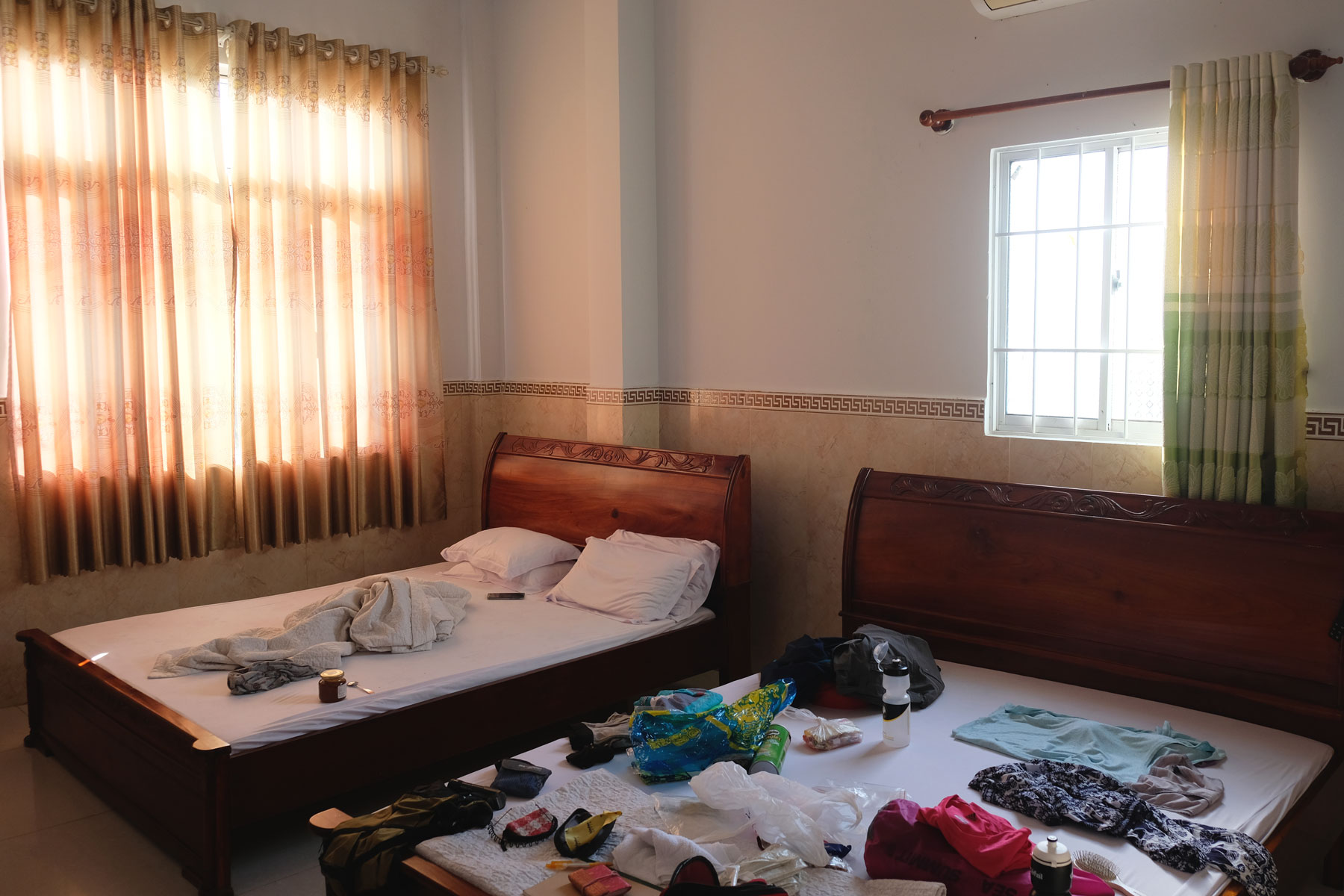 Blick in unser Zimmer in einem Nha Nghi, einem Gästehaus, in Vietnam.