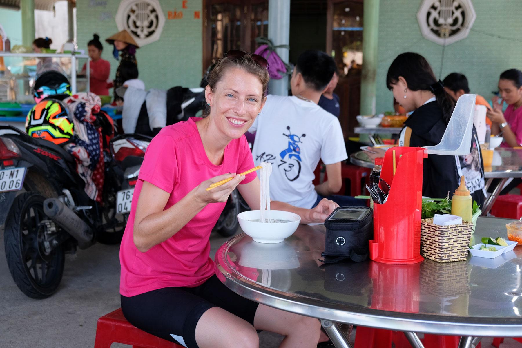Leo isst Pho, die vietnamesische Nudelsuppe, zum Frühstück.