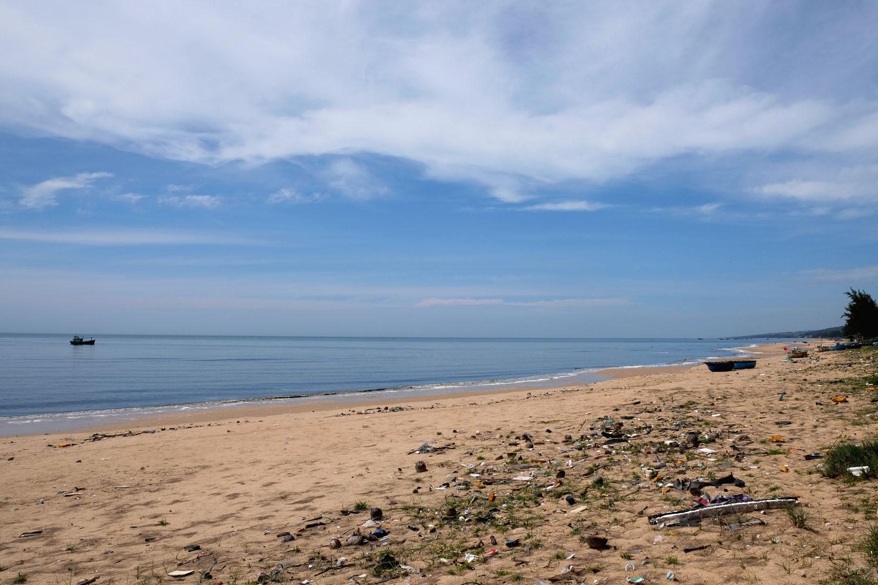 Plastikmüll liegt an einem Strand im Süden Vietnams.