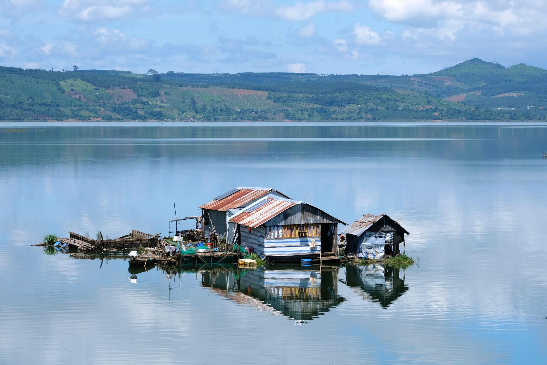 Ein Haus schwimmt auf dem Buôn Tha Sra Reservoir in Vietnam.