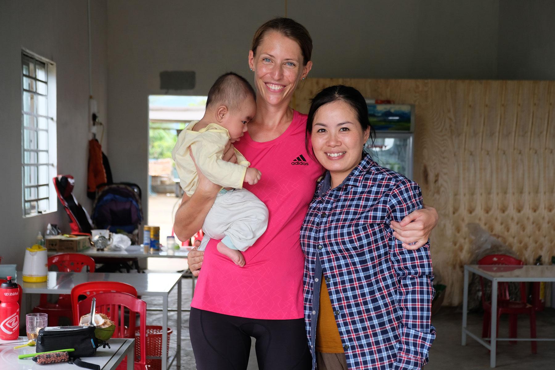 Leo mit einer netten Vietnamesin und ihrem kleinen Sohn.