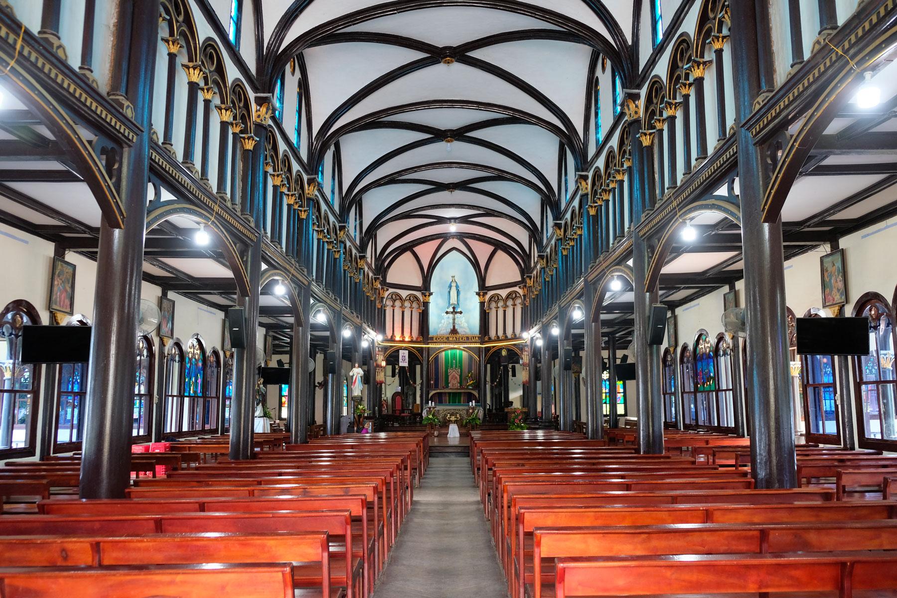 Das Innere der Holzkirche von Kon Tum in Vietnam.