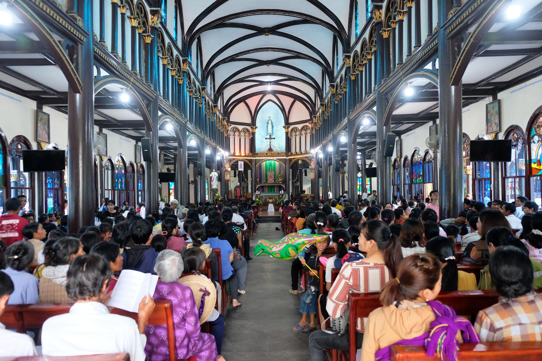 Jetzt ist die Holzkirche von Kon Tum voller Besucher.