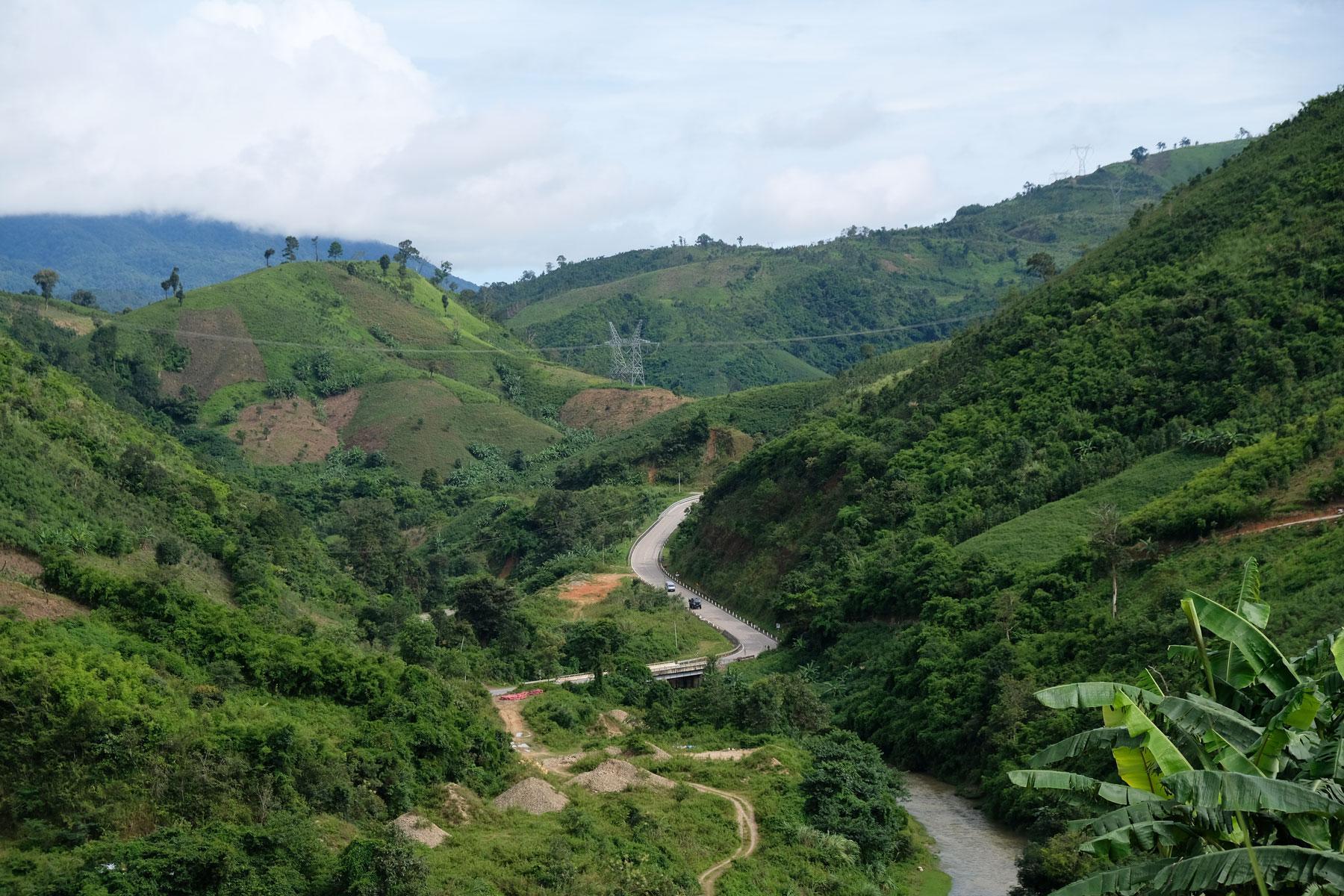 Blick zurück auf die Straße im Tal, über die wir eben noch gefahren sind.
