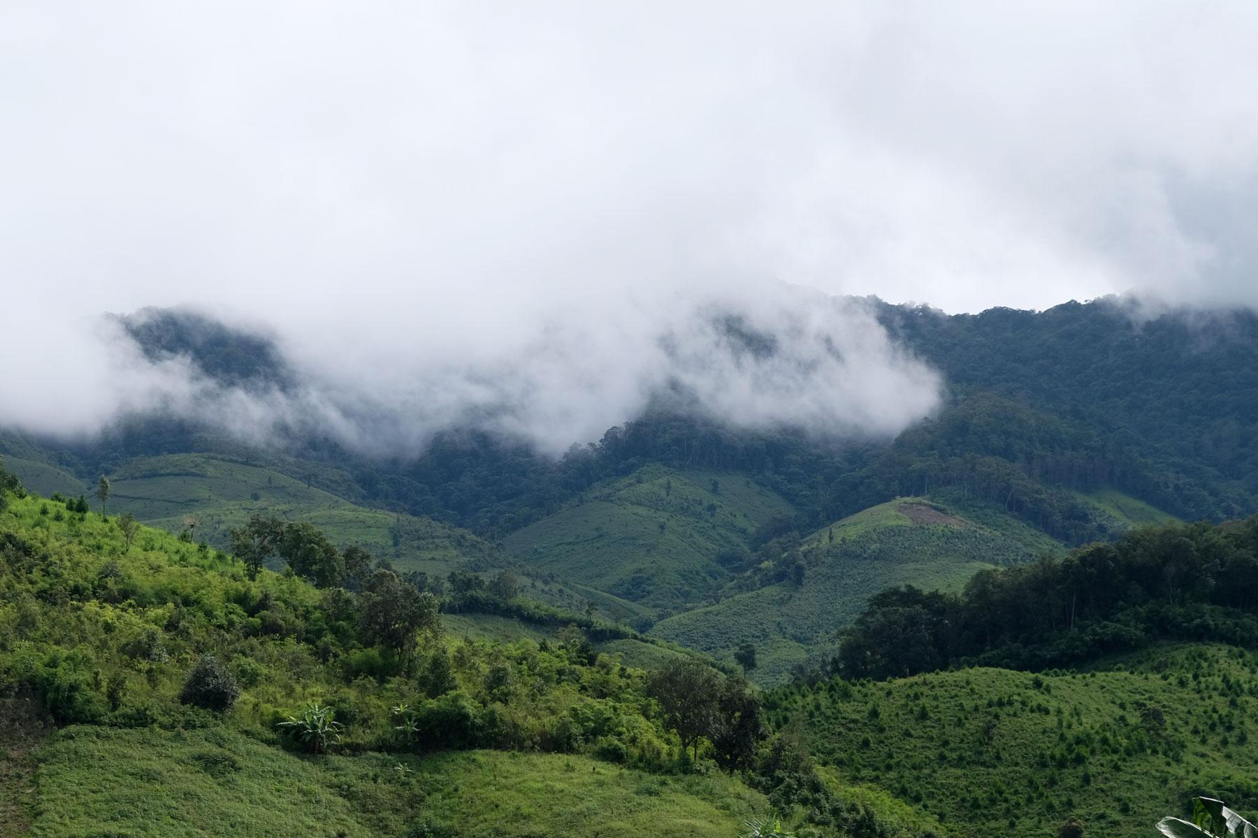 Wolken ziehen über die grünen Berge Vietnams.