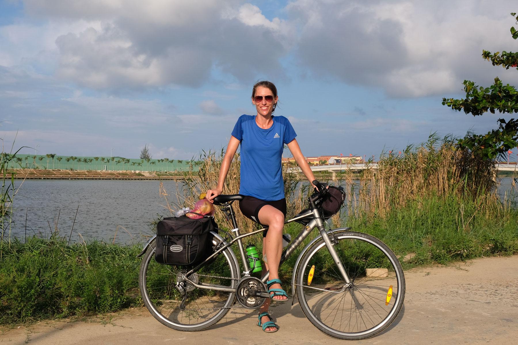 Leo mit ihrem Fahrrad in Hoi An in Vietnam.