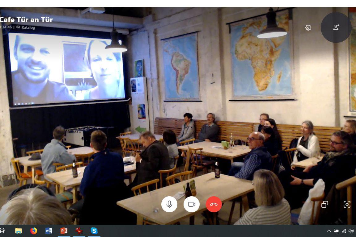Über den Bildschirm sieht man die Live-Skype-Schaltung nach Augsburg im Rahmen der Asientage 2019.