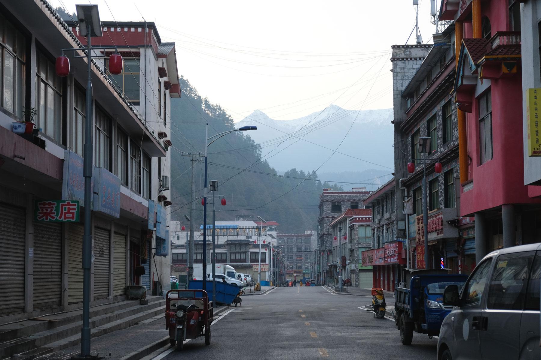 Die Kleinstadt Kerung in Tibet wirkt aufgeräumt, aber auch sehr unbewohnt.
