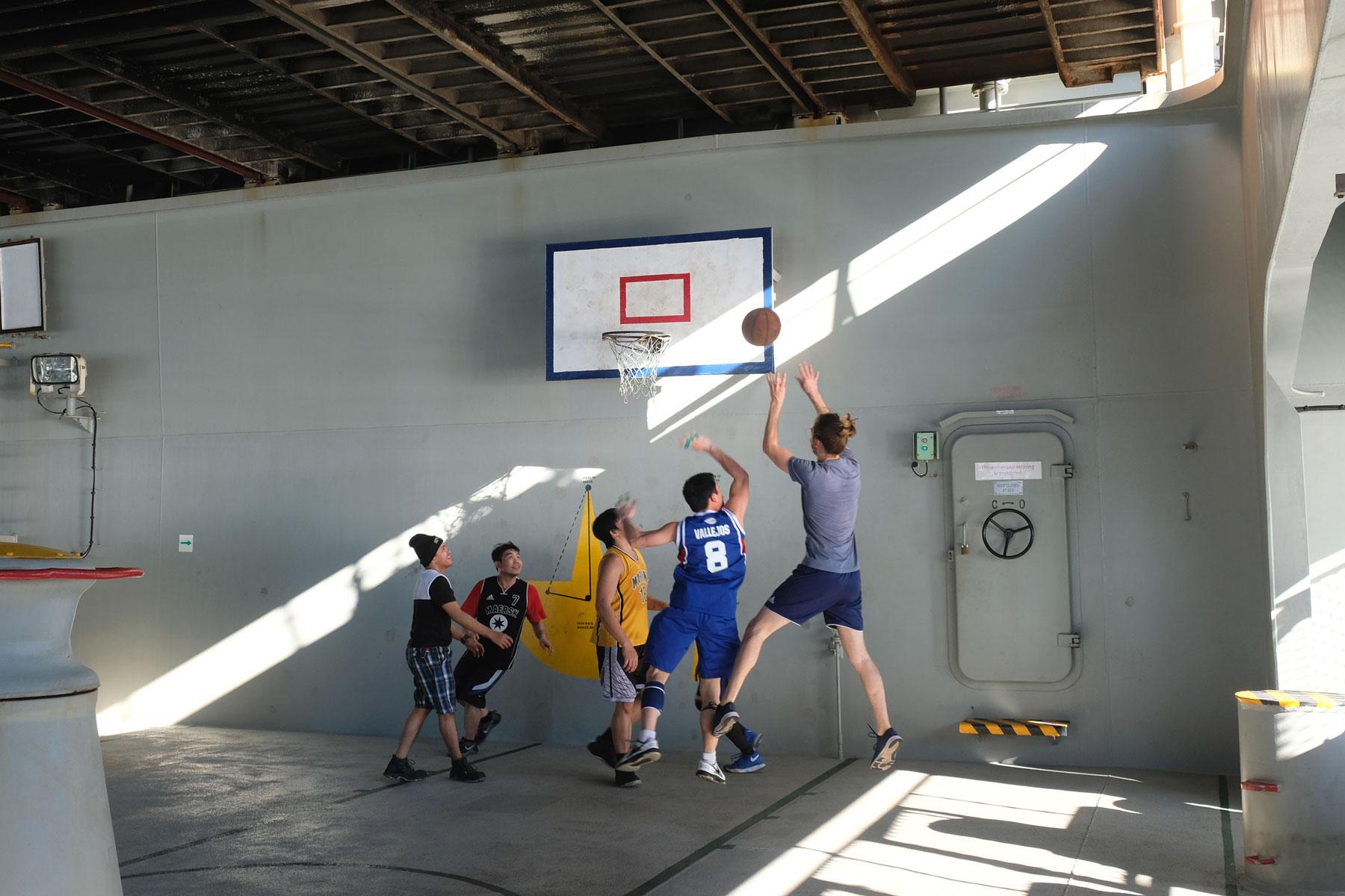Sebastian spielt mit der Crew Basketball auf einem Frachtschiff.
