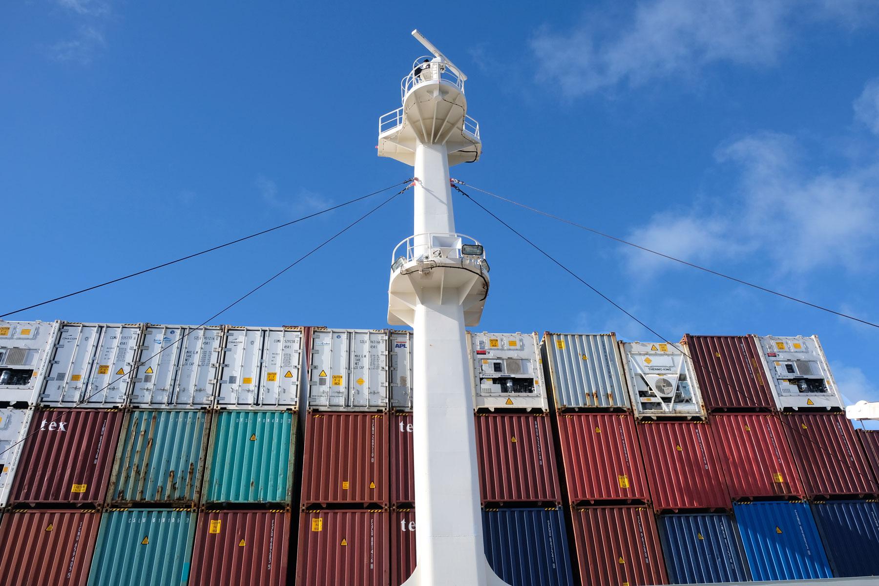 Ausguck und Container auf einem Frachtschiff.