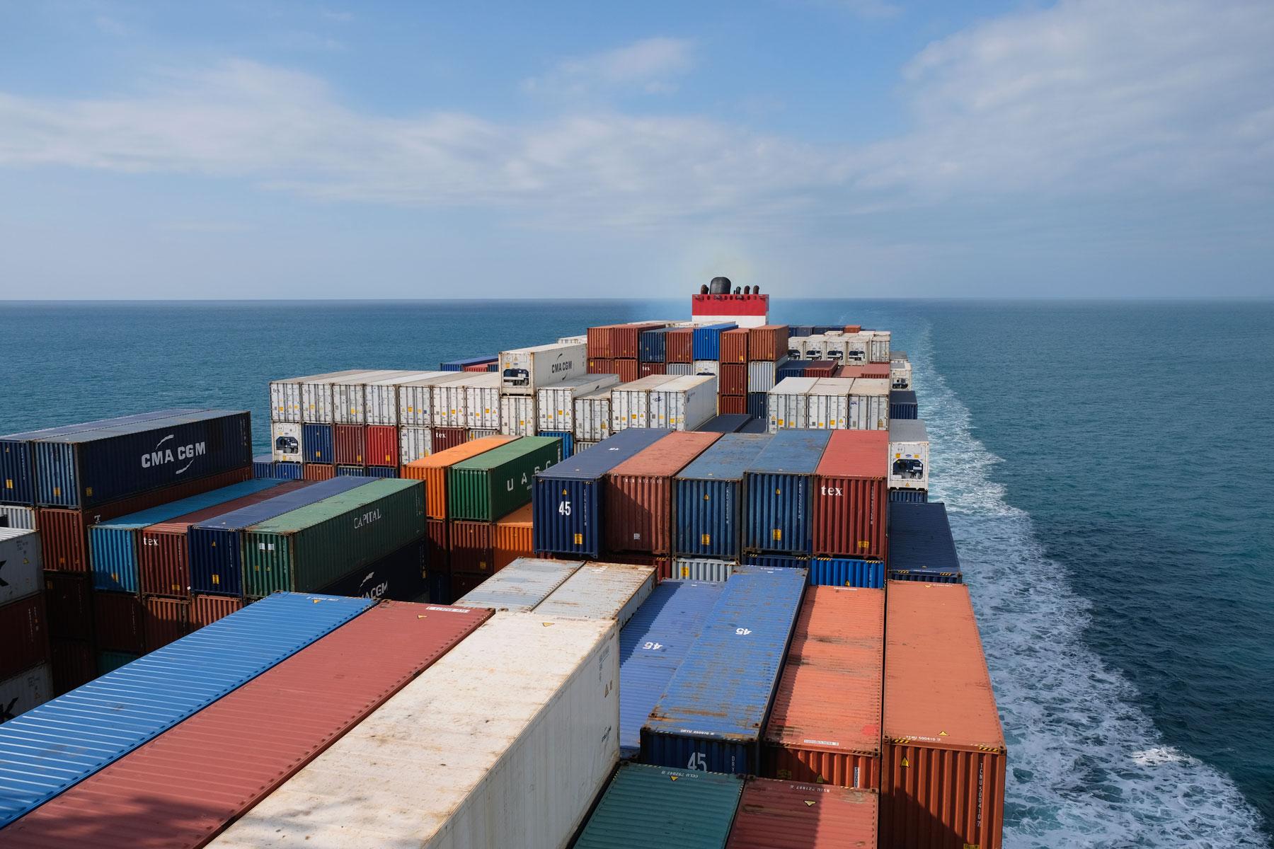 Ein Containerschiff, das den Pazifik überquert.
