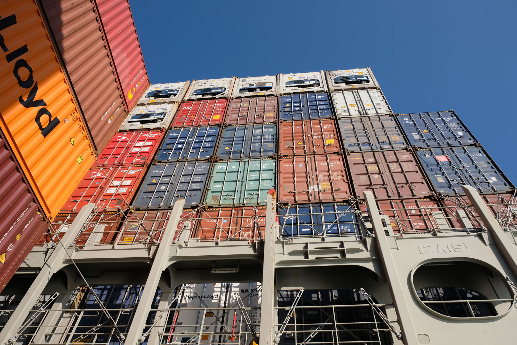 Gestapelte Container auf einem Frachtschiff.