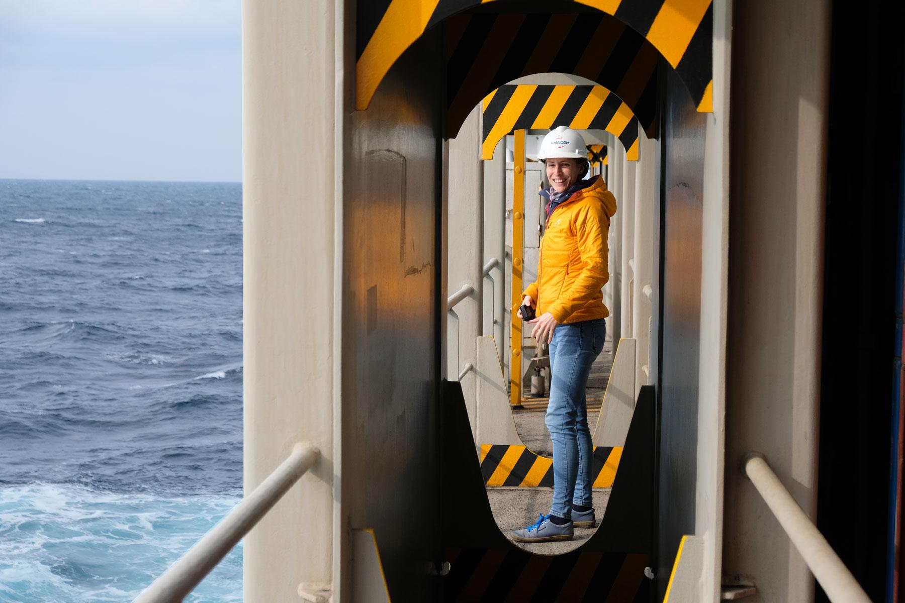 Leo am Heck eines Containerschiffes, das den Pazifik überquert.