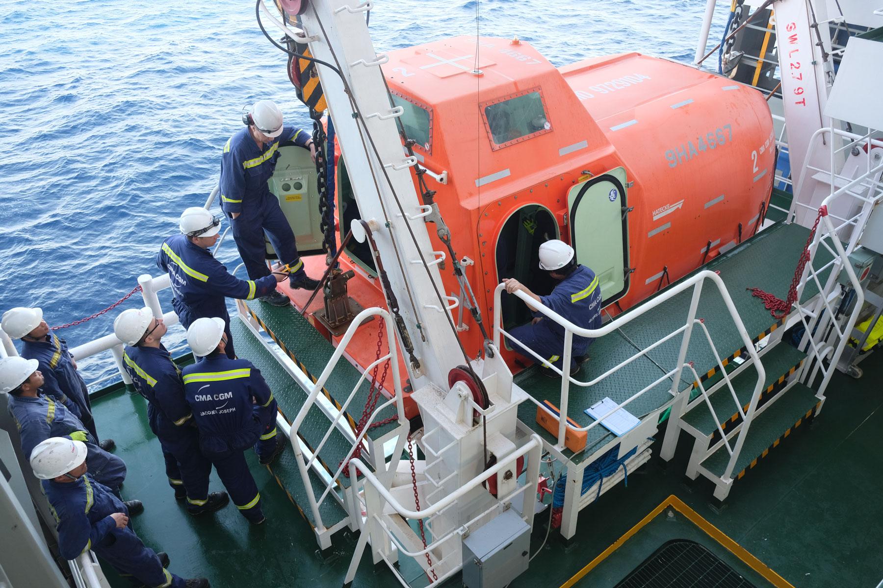Sicherheitsübung mit Rettungsboot auf einem Frachtschiff auf dem Pazifik.