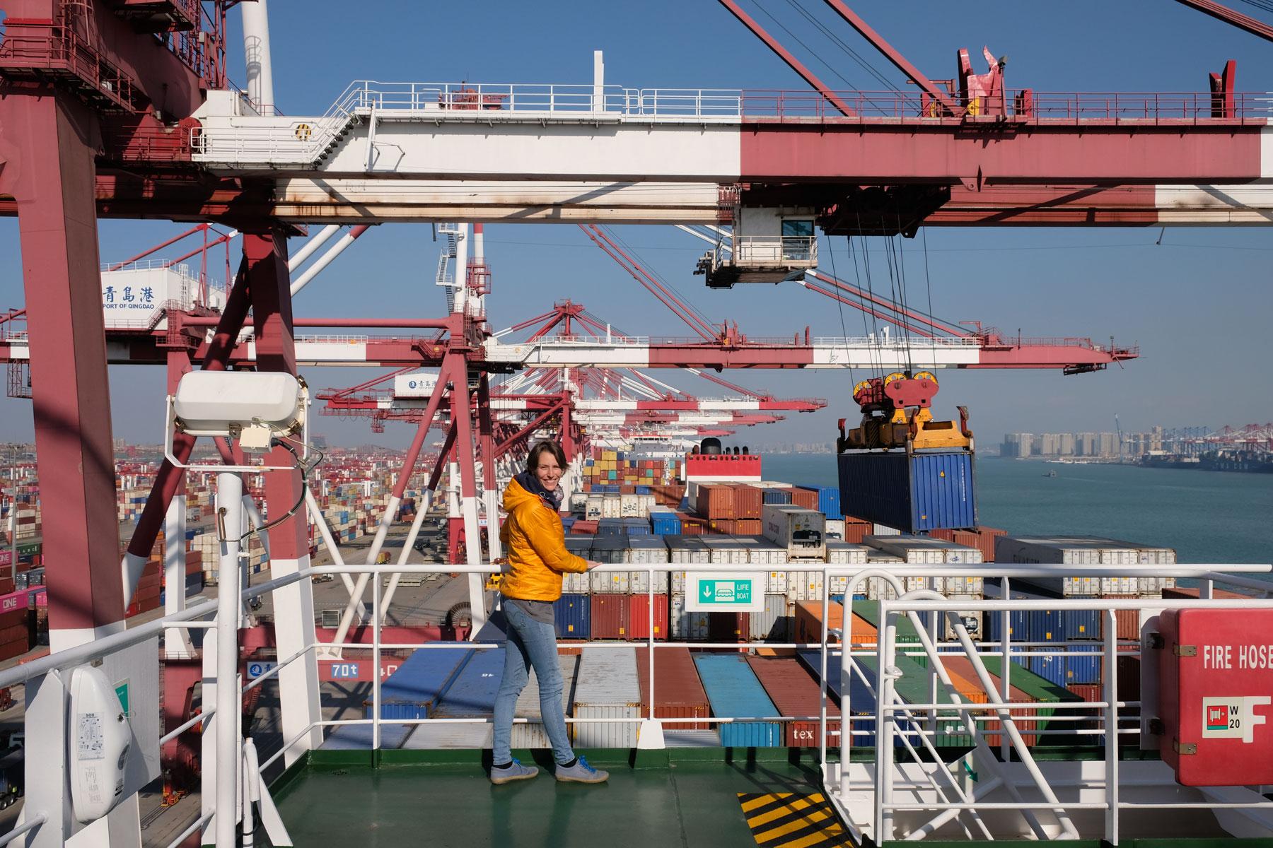 Leo auf der Brücke eines Containerschiffs im Hafen von Qingdao.