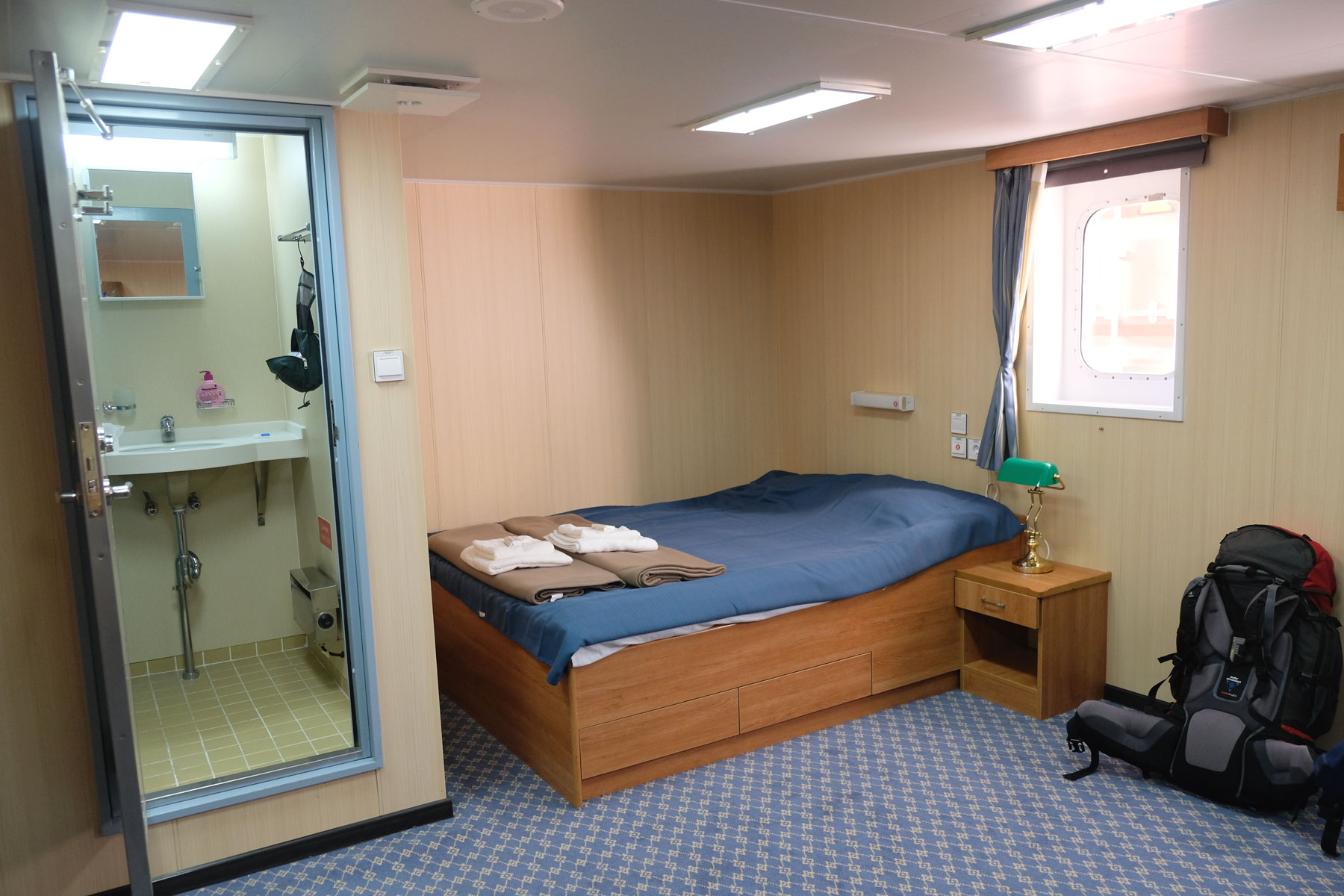 Bett und Bad in der Kabine eines Containerschiffs.