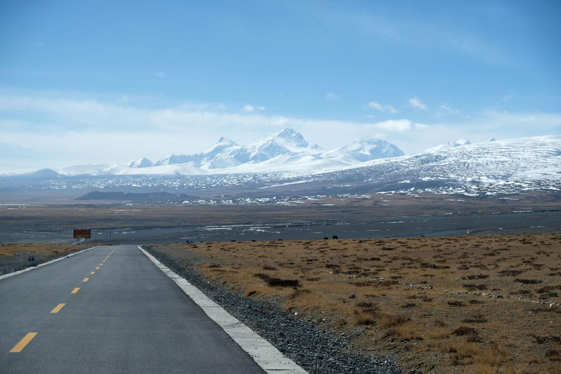 Der perfekt asphaltierte Friendship Highway zieht sich von Kathmandu in Nepal nach Lhasa in Tibet.