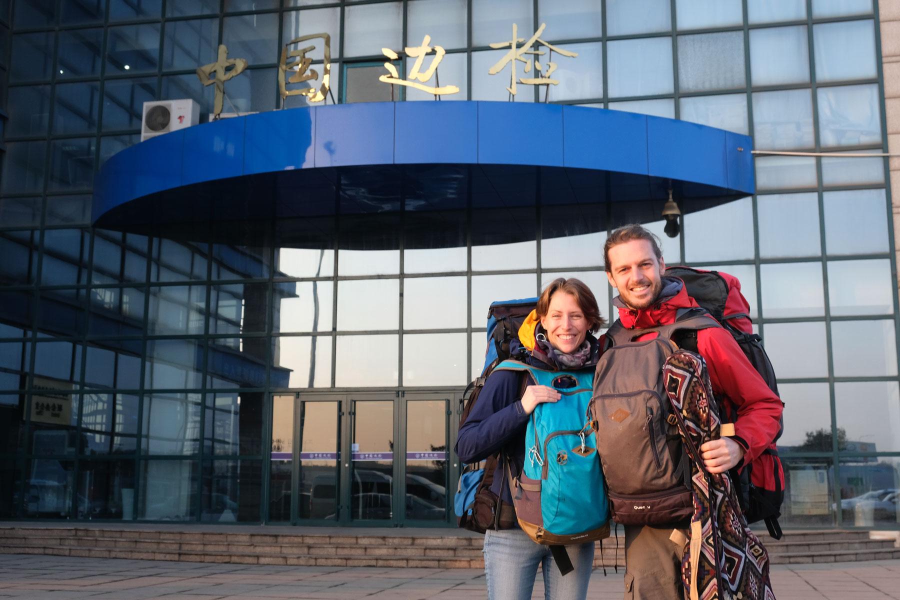 Leo und Sebastian mit Gepäck vor dem Ausreisegebäude am Hafen von Qingdao.