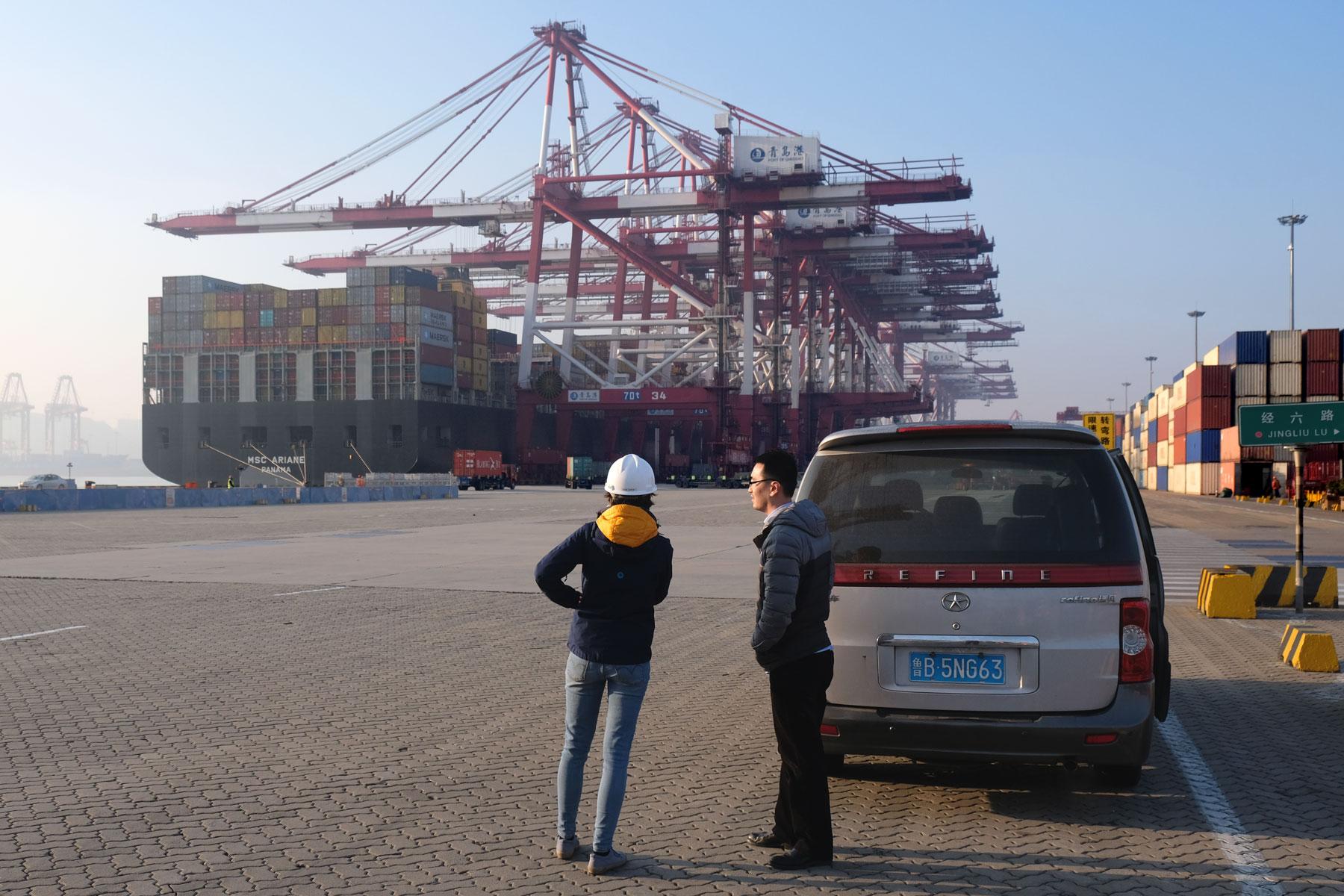 Leo mit einem chinesischen Hafenagent am Containerhafen von Qingdao.