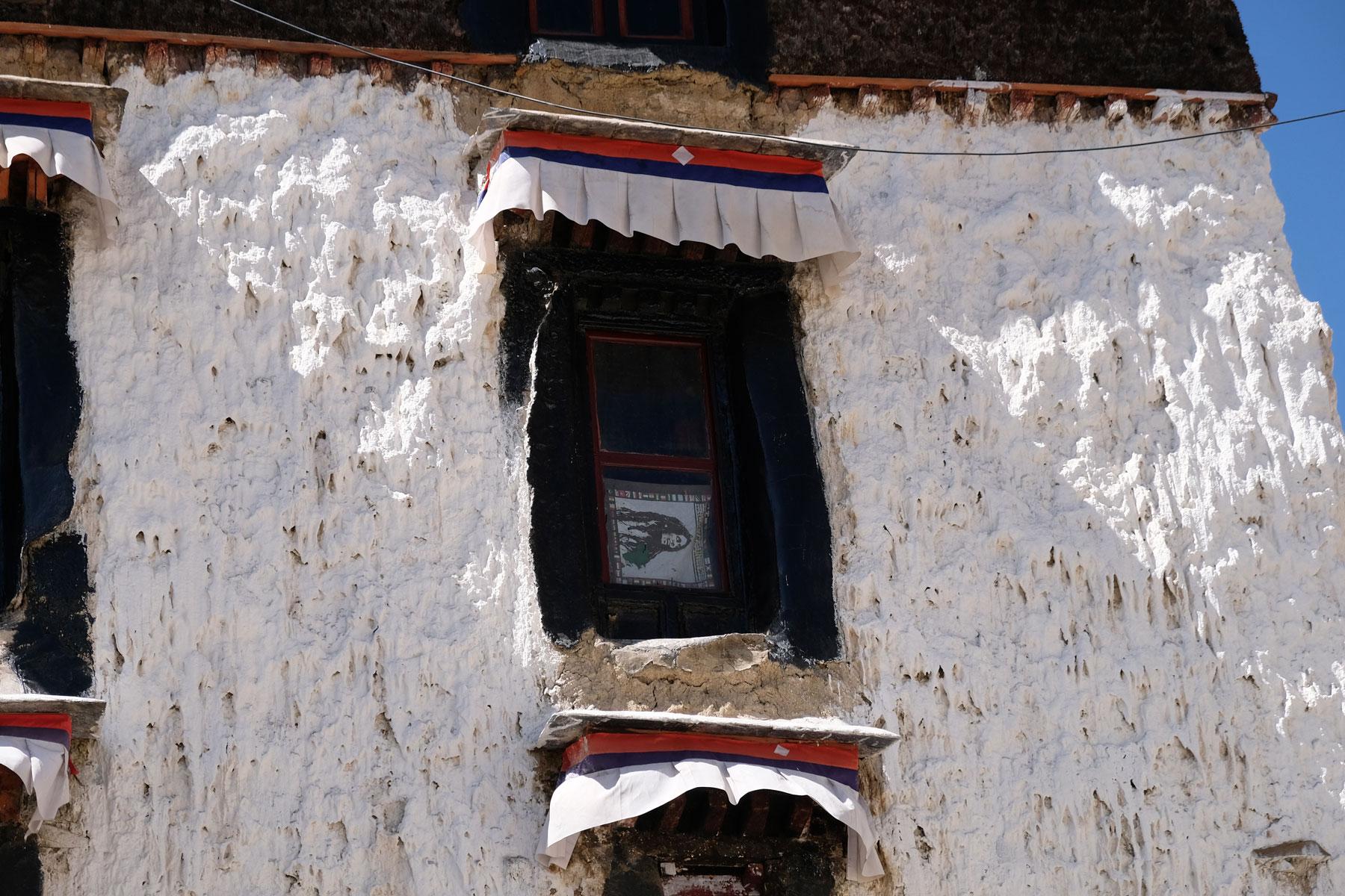Ein Bild Bob Marleys hängt im Fenster des tibetischen Klosters Tashilunpo.